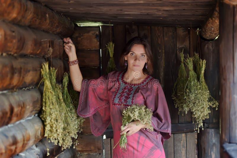 Mujer joven con las hierbas secadas foto de archivo libre de regalías