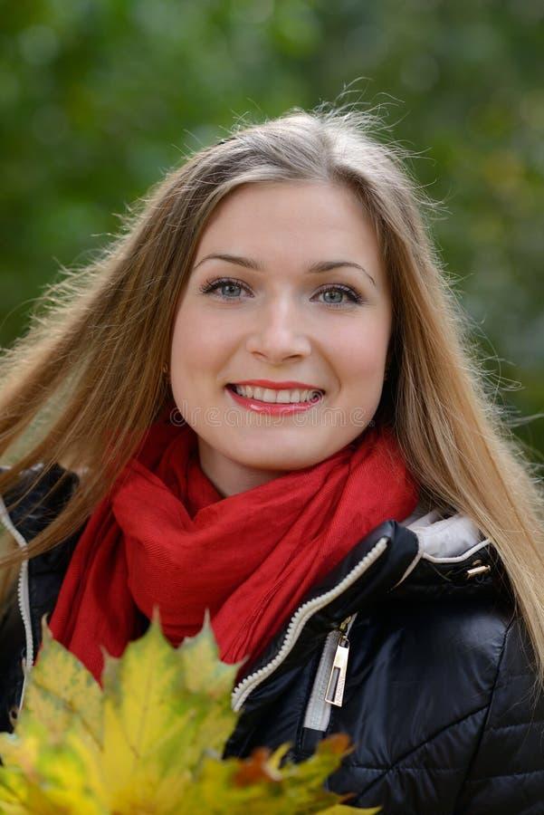 Mujer joven con las hojas de otoño a disposición fotografía de archivo libre de regalías