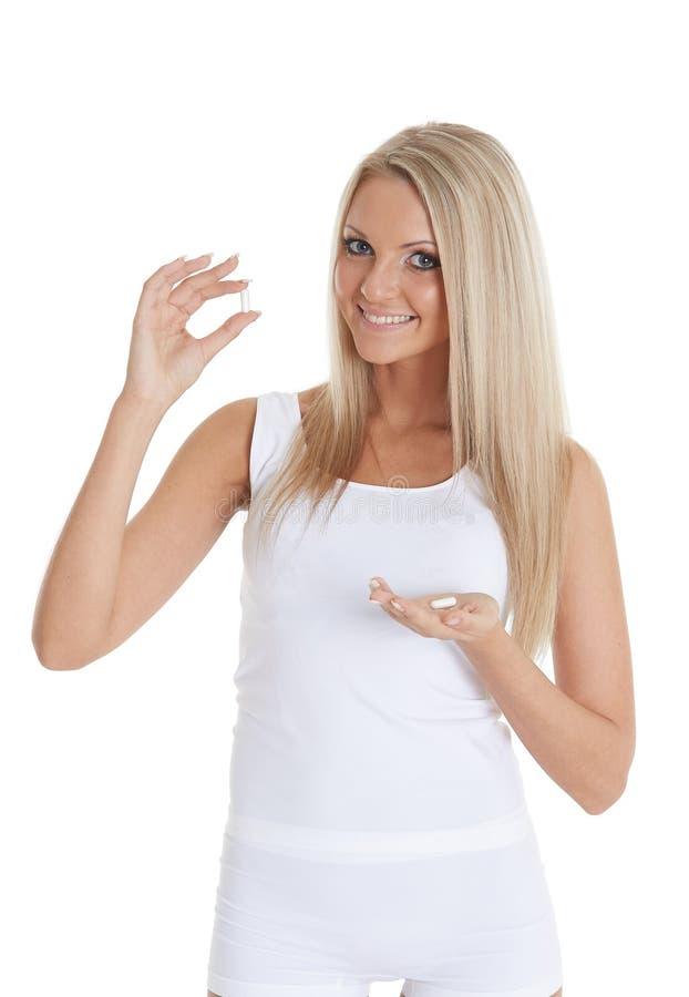 Mujer joven con las píldoras imagen de archivo libre de regalías