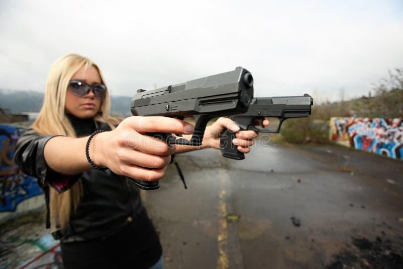 Mujer joven con los armas imágenes de archivo libres de regalías