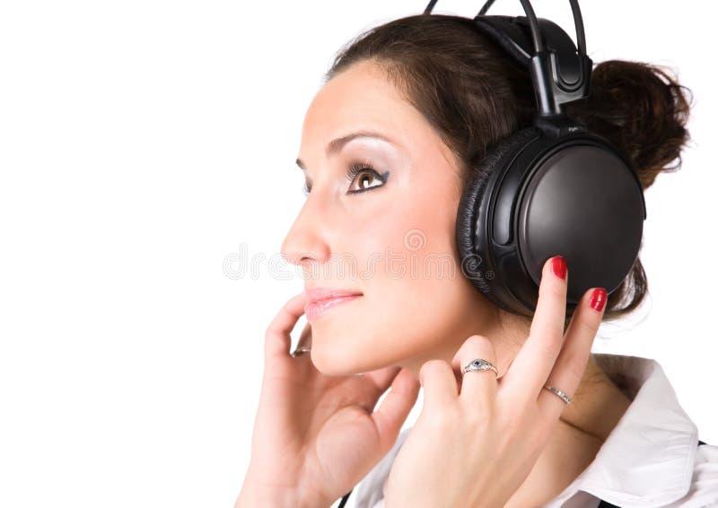 Mujer joven con los auriculares grandes fotos de archivo