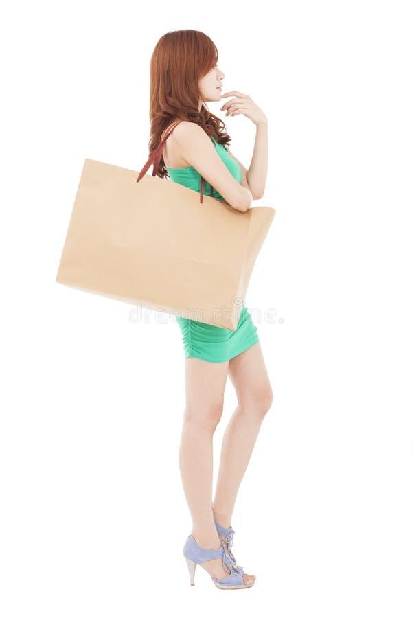 Mujer joven con los bolsos y el pensamiento de compras fotografía de archivo libre de regalías