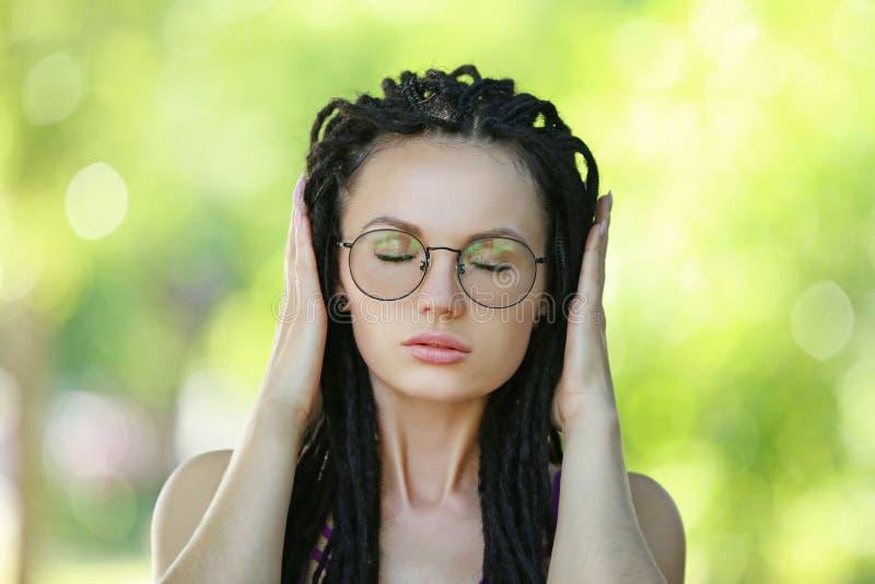 Mujer joven con los dreadlocks fotos de archivo libres de regalías