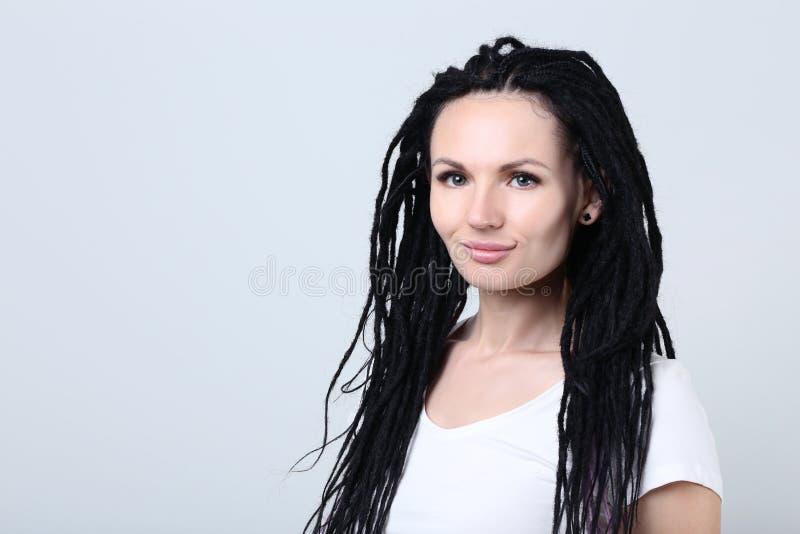 Mujer joven con los dreadlocks fotos de archivo