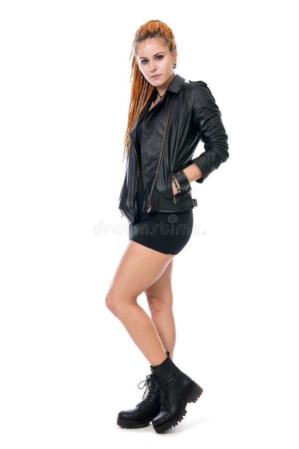 Mujer joven con los dreadlocks en una chaqueta de cuero foto de archivo libre de regalías