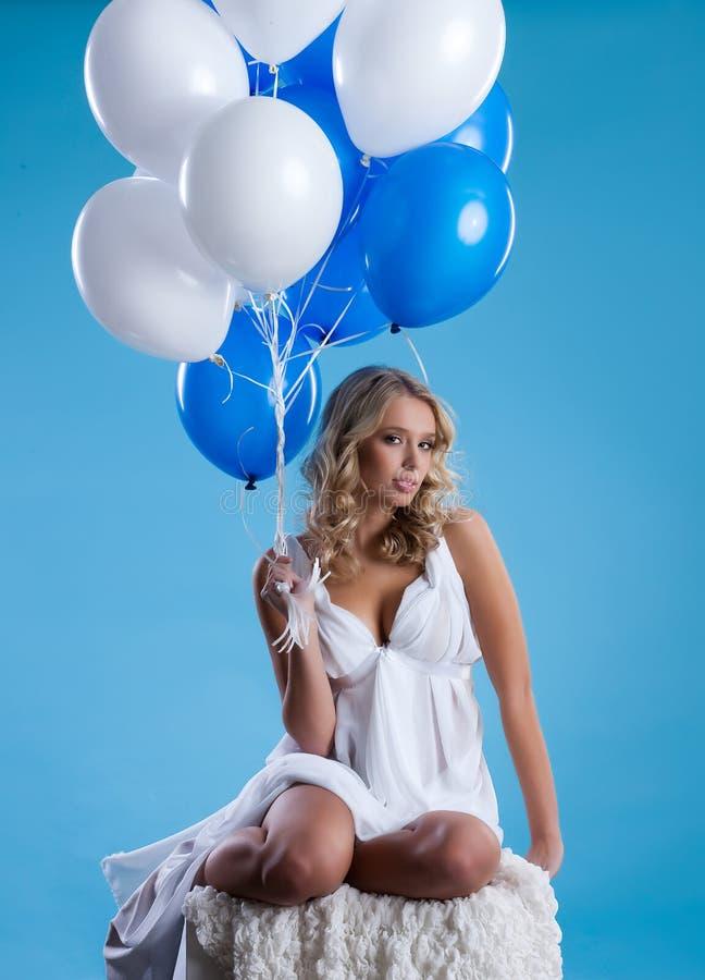Mujer joven con los globos imagenes de archivo