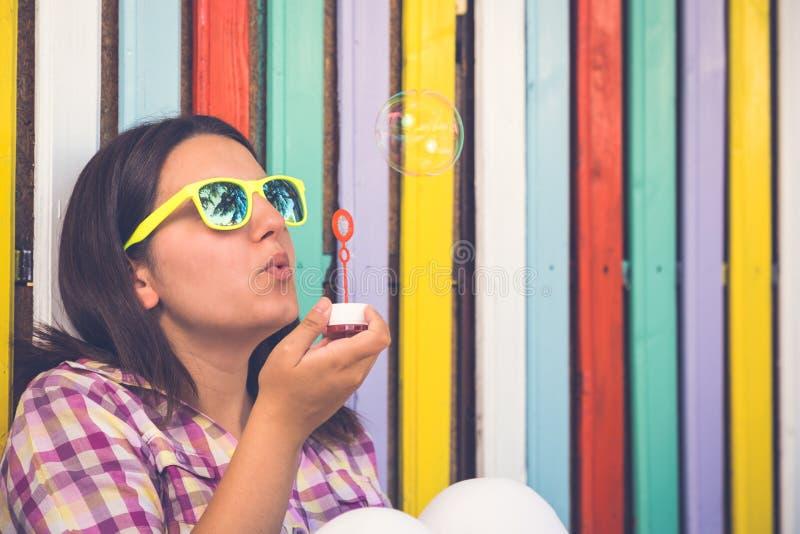 Mujer joven con los globos del jabón fotos de archivo libres de regalías