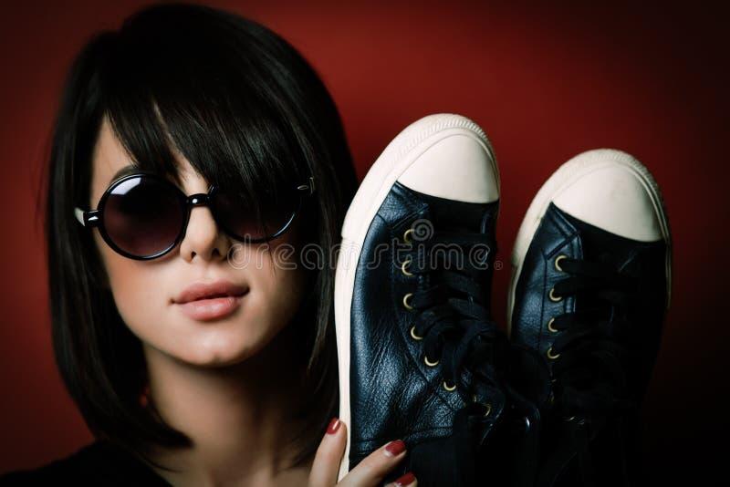 Mujer joven con los gumshoes imagen de archivo