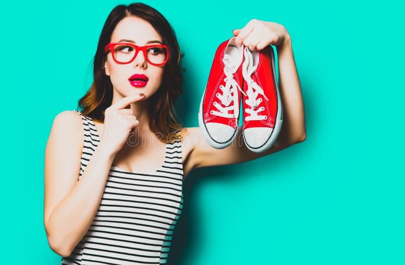 Mujer joven con los gumshoes imágenes de archivo libres de regalías
