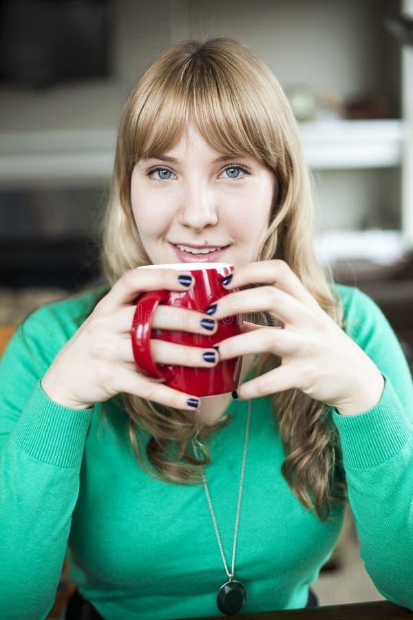 Mujer joven con los ojos azules hermosos imágenes de archivo libres de regalías