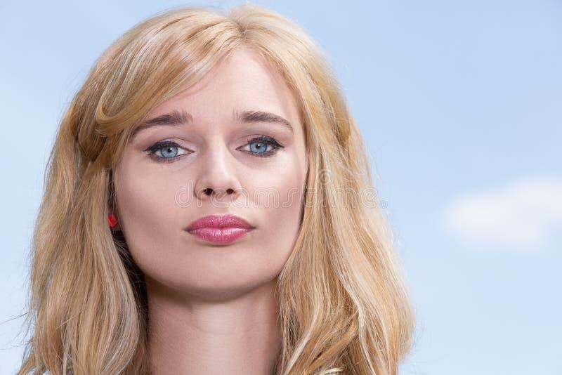 Mujer joven con los ojos azules magníficos fotos de archivo