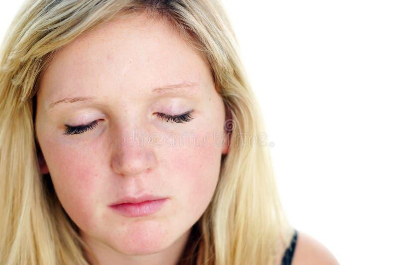 Mujer joven con los ojos cerrados imagenes de archivo