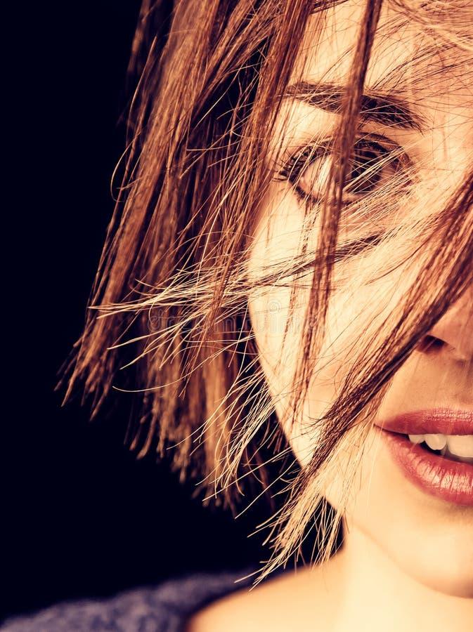 Mujer joven con los ojos grandes en negro fotos de archivo libres de regalías