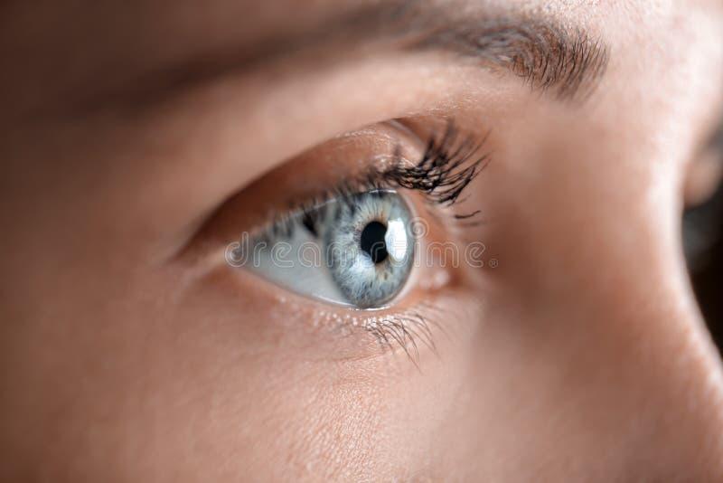 Mujer joven con los ojos hermosos, primer foto de archivo