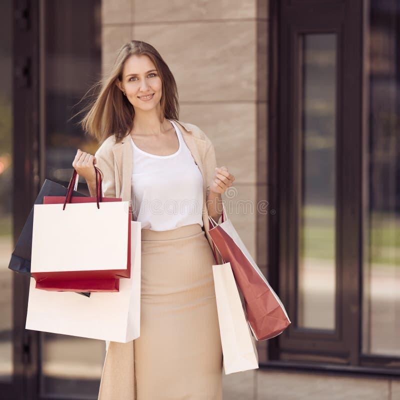 Mujer joven con los panieres que camina en la calle foto de archivo libre de regalías
