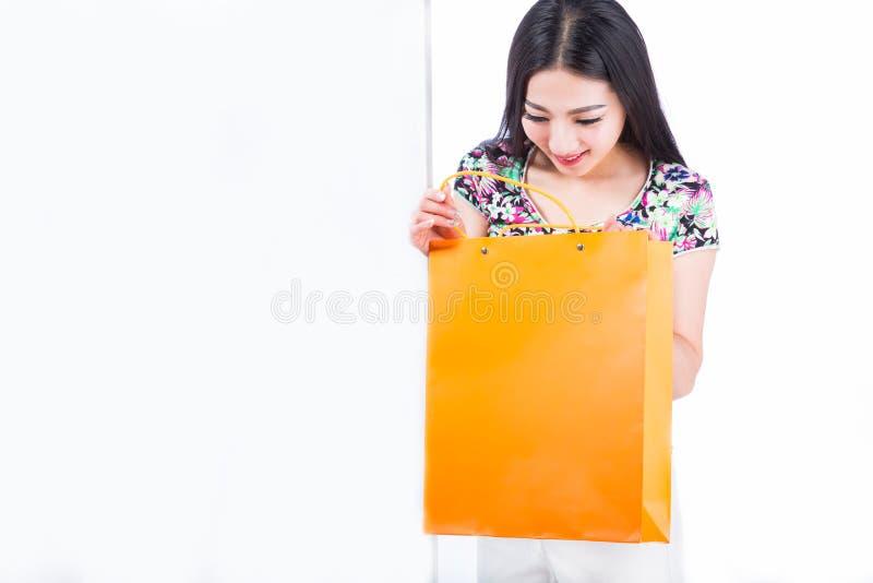 Mujer joven con los panieres sobre el fondo blanco imagenes de archivo