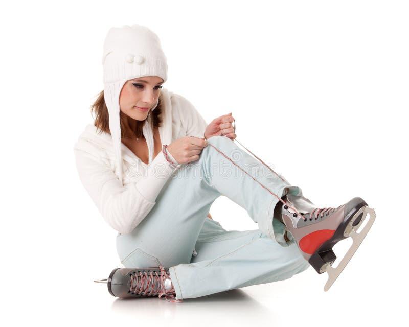 Mujer joven con los patines. foto de archivo libre de regalías