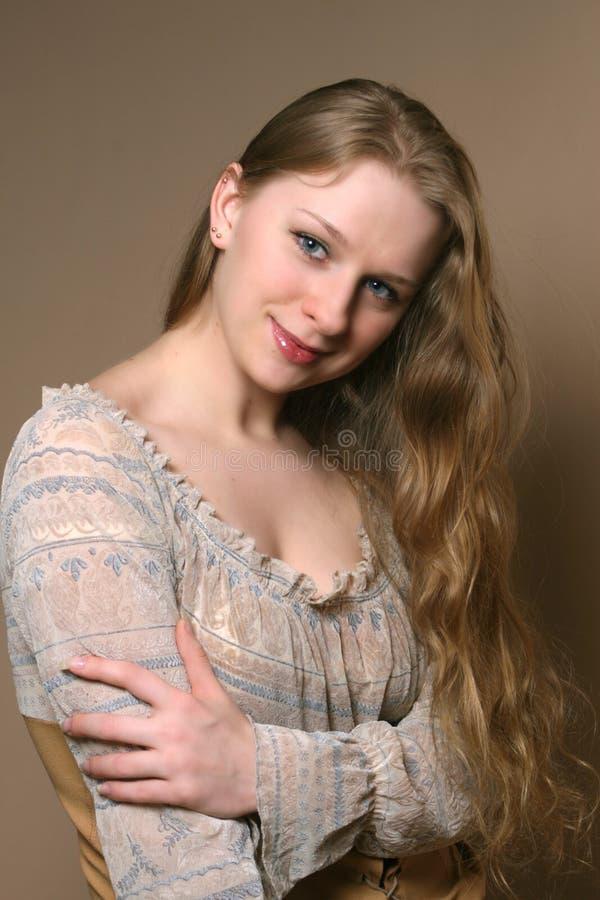 Mujer joven con los pelos hermosos largos imagenes de archivo