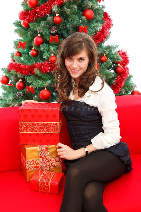 Mujer joven con los regalos imagen de archivo