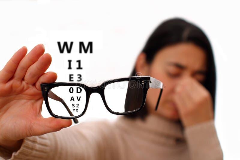 Mujer joven con los vidrios - desorden de Vision fotos de archivo libres de regalías