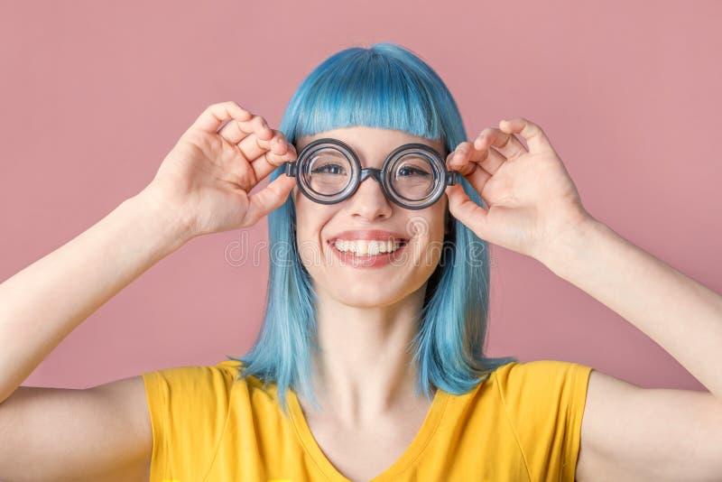 Mujer joven con los vidrios divertidos foto de archivo libre de regalías