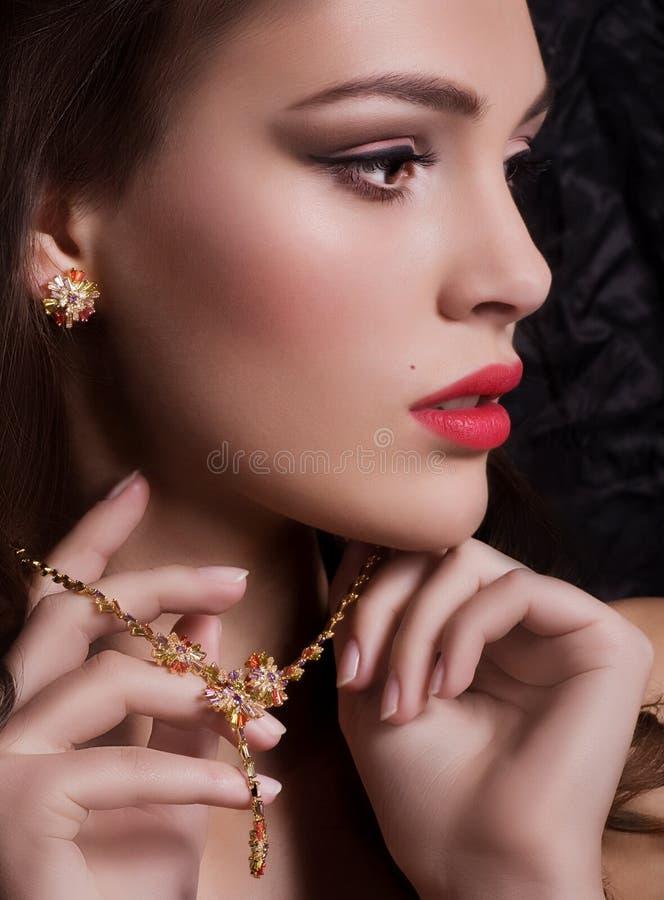 Mujer joven con maquillaje fotos de archivo