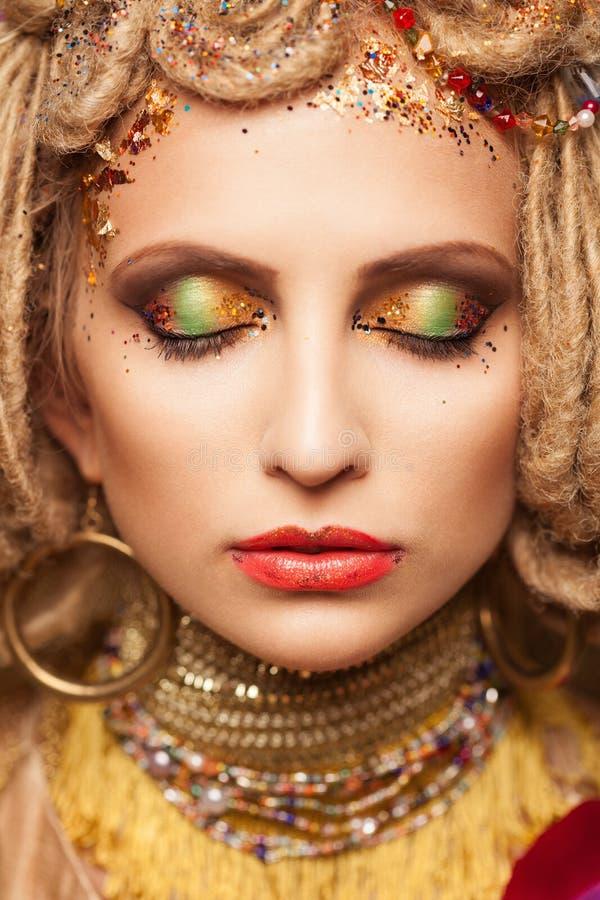 Mujer joven con maquillaje de la moda y ojos cerrados en marrón fotografía de archivo