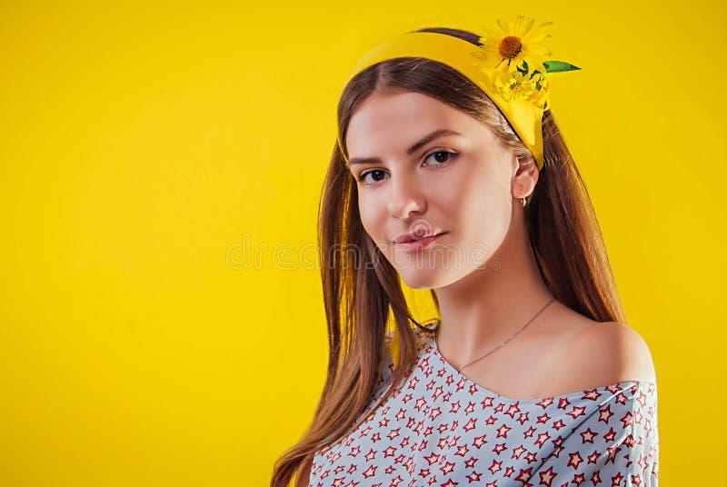 Mujer joven con maquillaje natural y piel lisa Concepto orgánico de los cosméticos imagenes de archivo