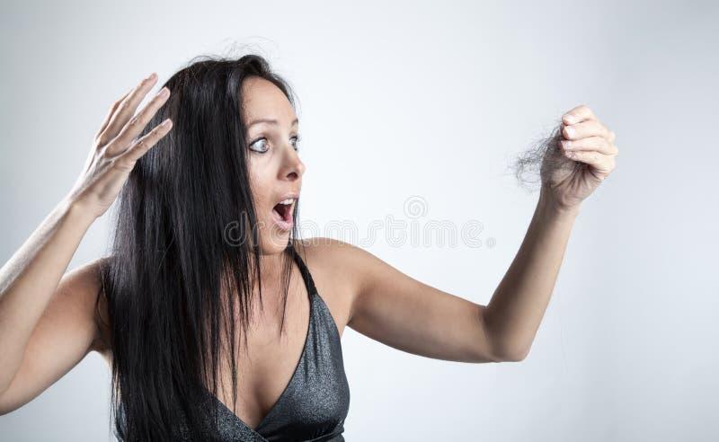 Mujer joven con pérdida de pelo fotos de archivo libres de regalías