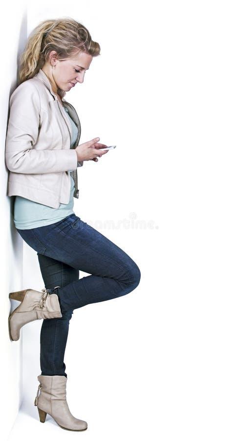 Mujer joven con smartphone fotografía de archivo