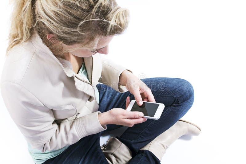 Mujer joven con smartphone imagen de archivo