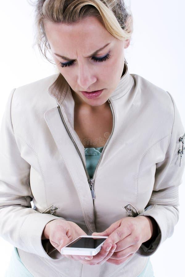 Mujer joven con smartphone imagenes de archivo