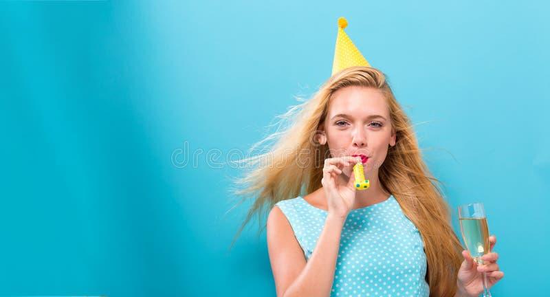 Mujer joven con tema del partido foto de archivo libre de regalías