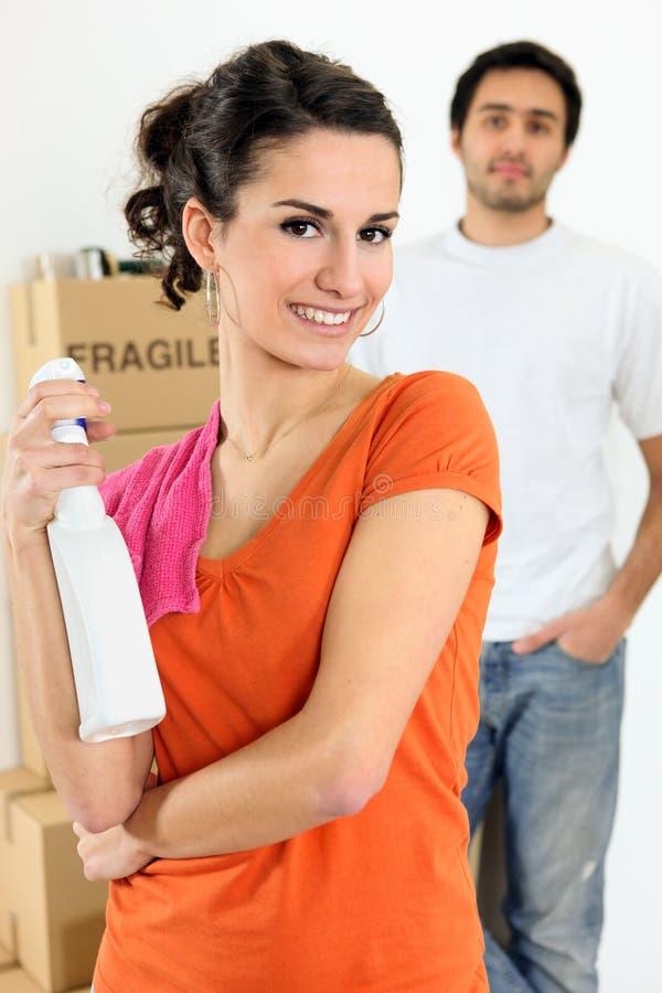 Mujer joven con un aerosol más limpio a disposición imágenes de archivo libres de regalías