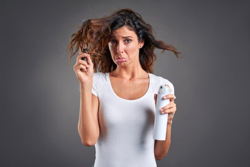 Mujer joven con un cepillo para el pelo foto de archivo libre de regalías