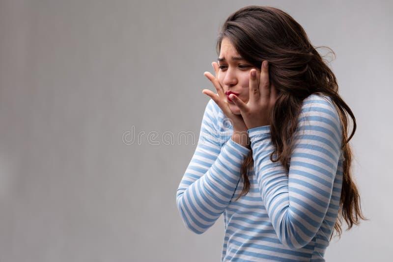 Mujer joven con un deseo vivo o un agolpamiento profundo imagen de archivo