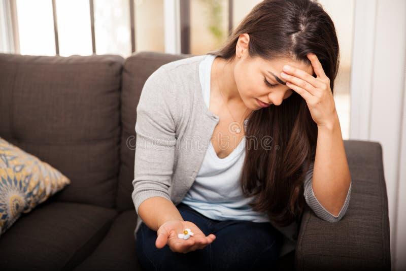 Mujer joven con un dolor de cabeza foto de archivo