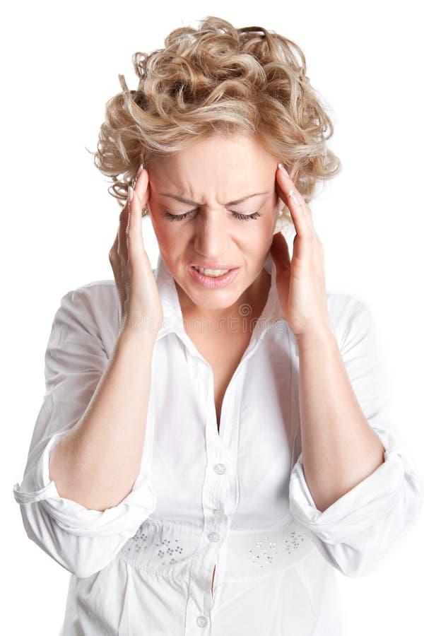 Mujer joven con un dolor de cabeza doloroso fotografía de archivo