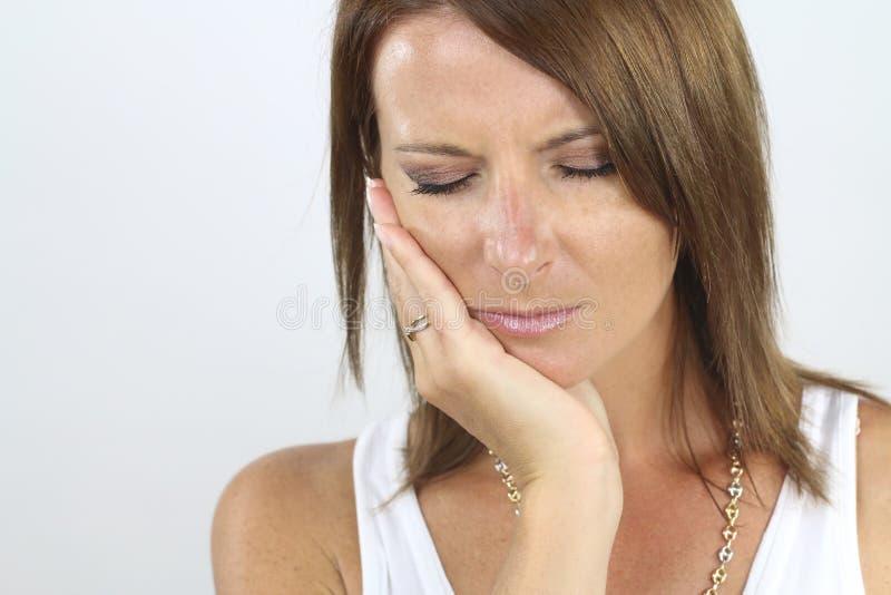 Mujer joven con un dolor de muelas foto de archivo