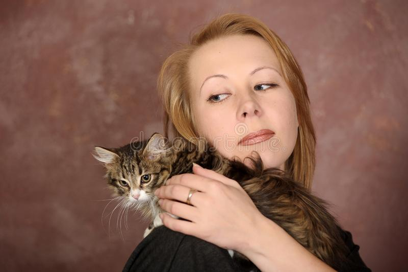 Mujer joven con un gatito fotografía de archivo
