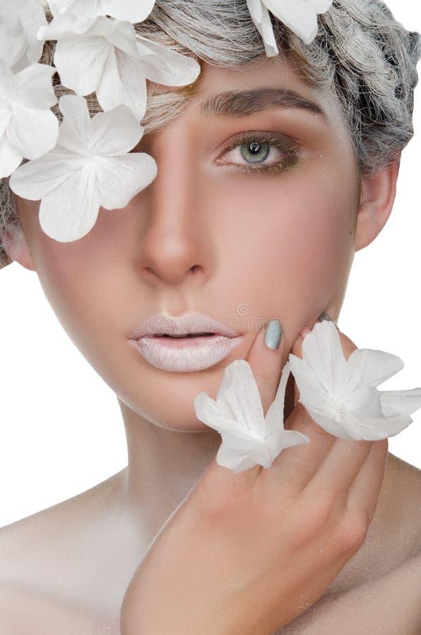 Mujer joven con un maquillaje de la nieve foto de archivo