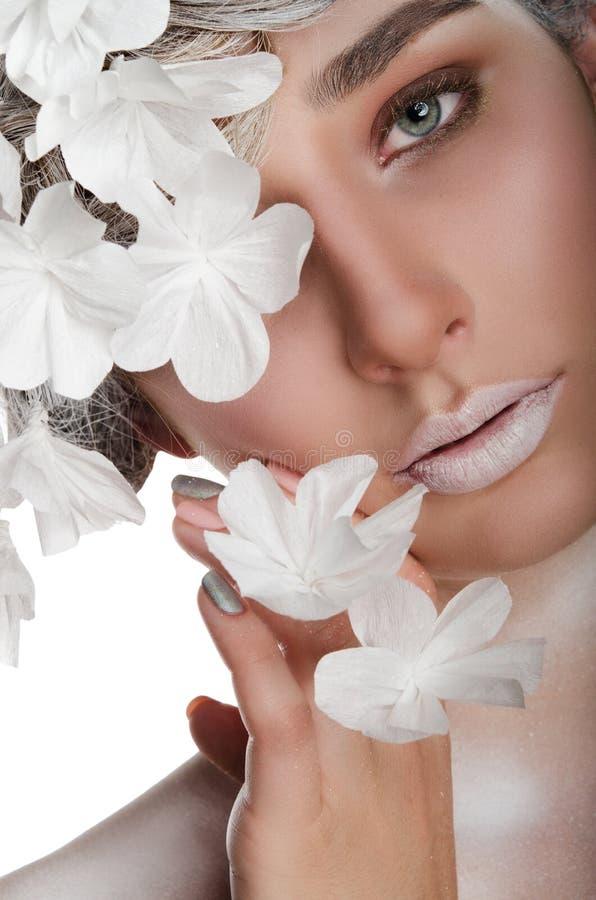 Mujer joven con un maquillaje del invierno fotografía de archivo libre de regalías