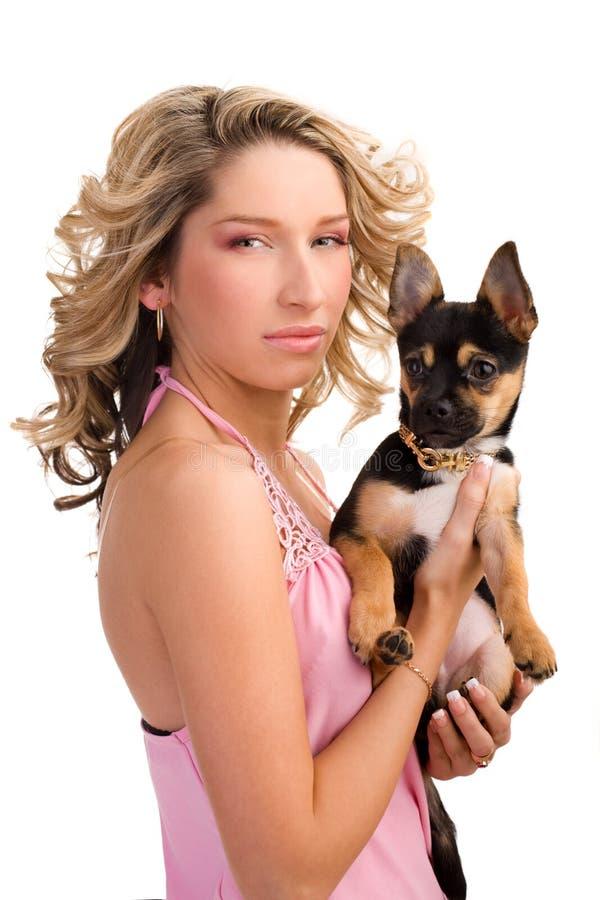 Mujer joven con un pequeño perro fotografía de archivo