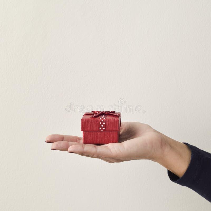 Mujer joven con un pequeño regalo fotografía de archivo