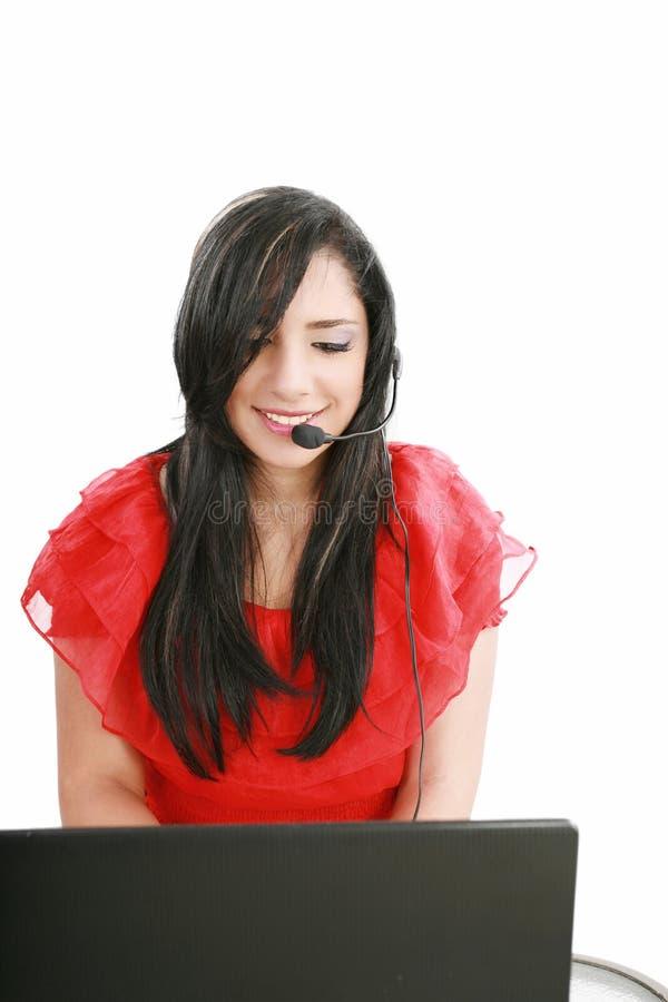 Mujer joven con un receptor de cabeza en el teléfono directo. foto de archivo libre de regalías