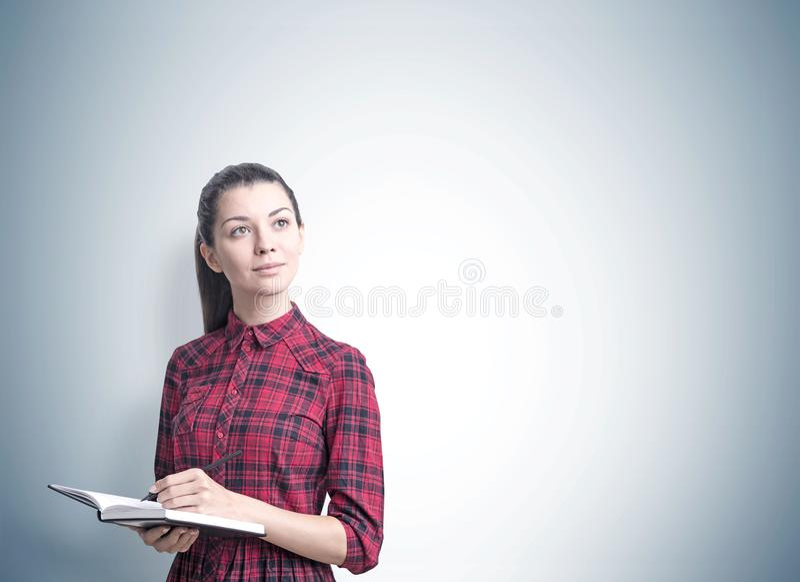 Mujer joven con un retrato del planificador, gris imagenes de archivo