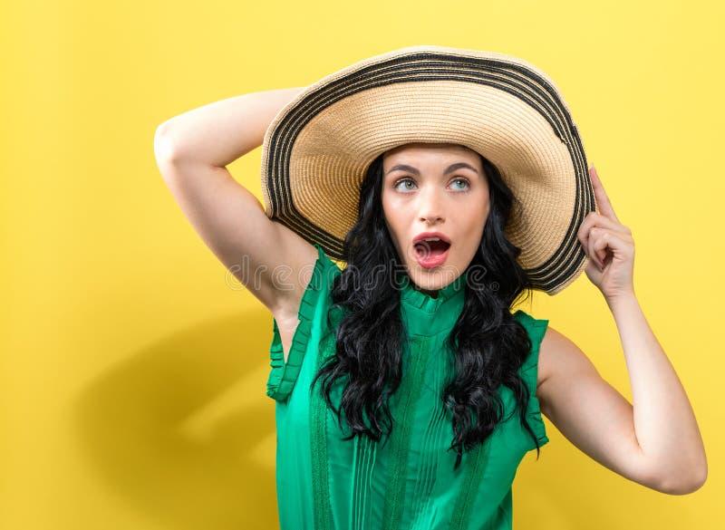 Mujer joven con un sombrero del verano fotos de archivo libres de regalías