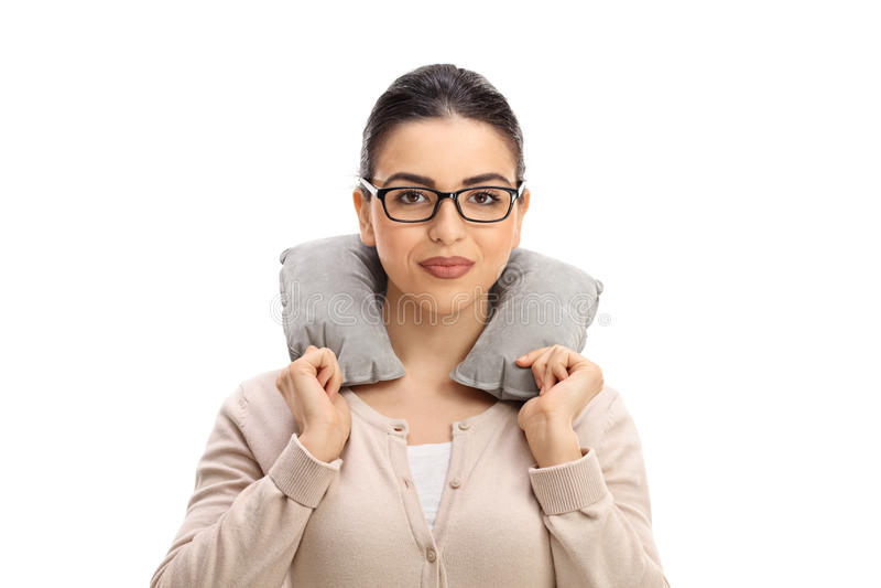 Mujer joven con una almohada del cuello imágenes de archivo libres de regalías