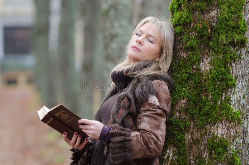 Mujer joven con una biblia imagen de archivo libre de regalías