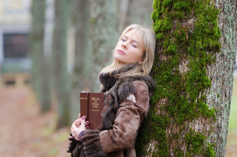 Mujer joven con una biblia fotografía de archivo libre de regalías